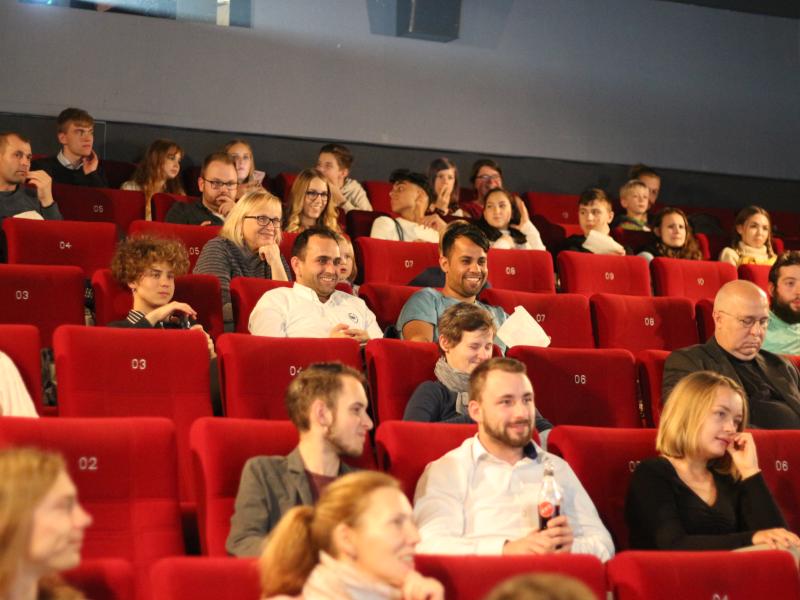 Viele Menschen sitzen in einem Kinosaal
